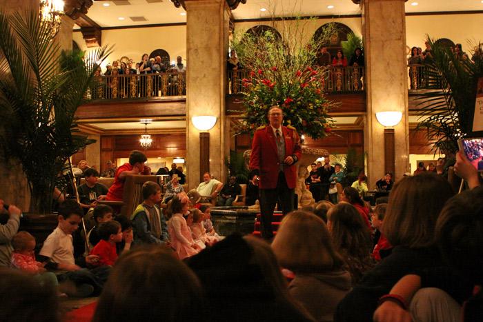 Uma multidão no lobby do Peabody Hotel esperando os patos passarem