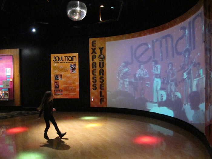 Julia dançando com o Soul Train no Stax Museum