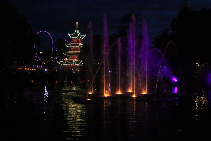 Tivoli Illuminations com a pagoda japonesa ao fundo