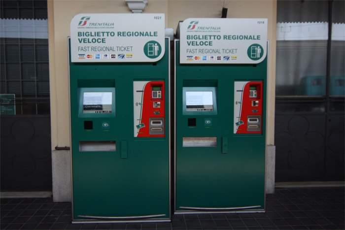 Essas são as máquinas pra comprar a passagem de trem, em várias línguas e podem ver que tem várias bandeiras de cartão