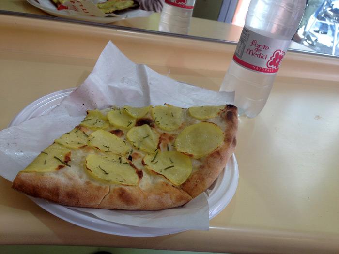 Meu pedaço de pizza e uma das muitas garrafinhas de água que tomei
