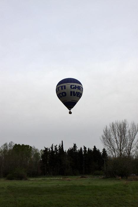 O primeiro balão subindo