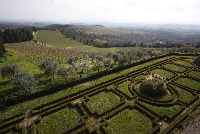 O jardim do Castelo e as plantações de uva para o vinho Chianti Classico
