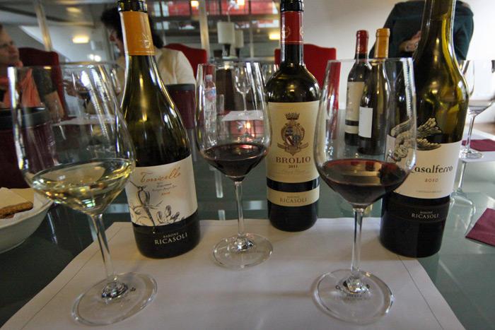 Degustação de vinhos na Barone Ricasoli, uma vinícola em Gaiole in Chianti, na Toscana
