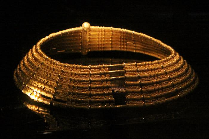 Colar de ouro no Guldrummet do Museu Historiska