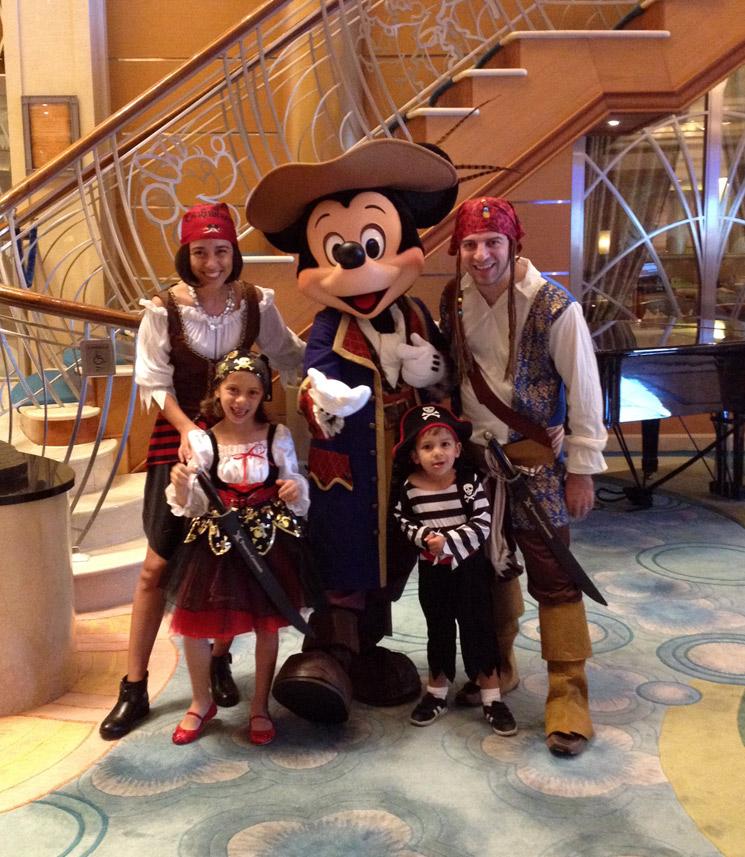 Nossa família fantasiada de pirata para a festa Pirates in the Caribbean no Disney Magic