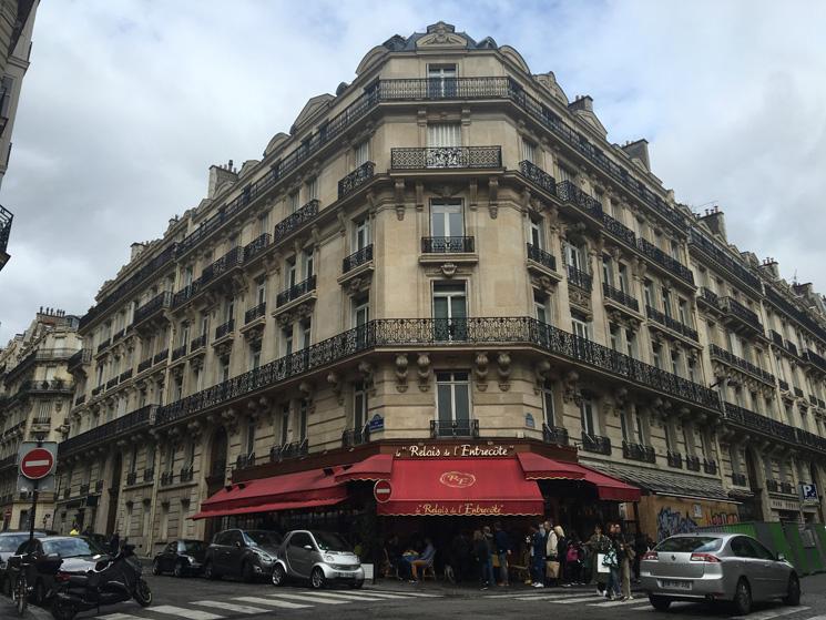 Restaurante em Paris, visto de frente