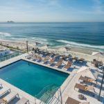 Visto de cima, piscina com esteiras, vista para a praia