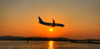 aviao pousando por do sol