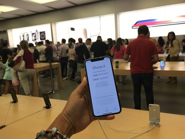 O Iphone X, novo telefone da Apple foi lançado oficialmente hoje, 3 de  novembro, no mundo todo e os fãs da marca estão correndo para as lojas. 500a3bc65b