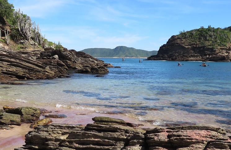 Praia dos Amores localizada do lado esquerdo da Praia da Ferradurinha